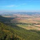 Výhled na Broumovsko. Nad ním se tyčí Javoří hory.