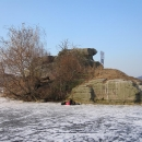 I z této strany se zdá být ostrůvek jen skaliskem, pár kamenných řad zdi se už ale objevuje