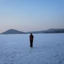 Pomalu se smráká a rozlehlá ledová plocha vylidňuje