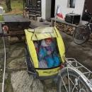 Vyrážíme! Nabalené děti jsou ve vozíčku už dosti natěsno.