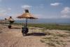 Na břehu Dorjanského jezera je mimo sezónu pusto prázdno