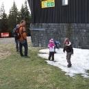 Malý zbytek sněhu po nedávném sněžení je pro děti velká atrakce