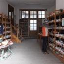 Míla v prodejně zdejší mařížské keramiky