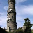 A tady už jí vidíme zblízka. Druhá nejstarší kamenná rozhledna v Čechách.