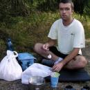 Pavel u snídaně. Všimněte si modré taštičky - příruční lednička :-)