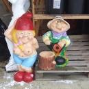 Vrchol kýče – soška zahradníka s nějakým torzem motorové pily ;-)