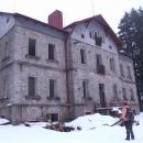 U bývalého loveckého zámečku Ostrůvek, snad je jeho stav začátkem rekonstrukce a ne začátkem konce