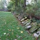 Náhrobky na bývalém hřbitově v Červeném Dřevě