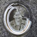 Občas se na poničených náhrobcích můžete podívat do tváří bývalých obyvatel