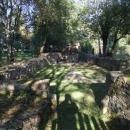 Obnovený hřbitov v bývalé Pleši se základy kostela