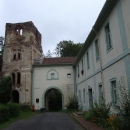 Ze zbytků kláštera se stal zámek, dnes je v zámku škola