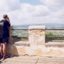 Luděk pozoruje dalekohledem kopečky v podhůří Šumavy