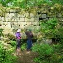 Dochovaly se rozsáhlé kamenné základy a zbytky zdí...