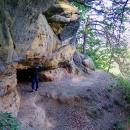Pěšinkou po úbočí skal se pomalu stáčíme zpátky ke kempu