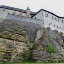 Zachovalý gotický hrad stojí na skále - ne však vysoko nad okolním terénem, ale v údolí.