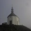Kaplička sv. Anny přímo nad Vyskeří v ranní mlze