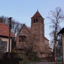 Kamenný kostelík ve Vyskeři zbarvený zapadajícím slunci. Mimochodem, do vesnice nás autem vzal nějaký místní, prý o nás ví, že jsme ubytované v penzionu. S Janou se vždycky skvěle stopovalo :-) A teď jsme navíc ani stopovat nemusely :-)