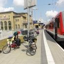 Stojíme v německém městečku Pasewalk na nádraží. Právě jsme přijeli z Polska a plánujeme pokračovat vlakem dál až do Hamburku.