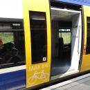 To není vlak, to je snad metro. Pro kola vyhrazená půlka vagónu a nastupování snadné...