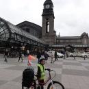 V šest hodin večer tak stojíme před nádražím v Hamburku.