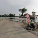 ... a přejíždíme jej přívozem, který opět z důvodů povodní improvizovaně přiráží k silnici o pár set metrů dál než normálně.