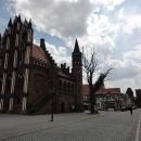 Přejezd pěší zóny a náměstí je korunován zastavením u vysoké budovy radnice se zdobeným průčelím.