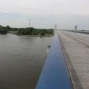 … a najednou zjišťujeme, že to není normální řeka, je to řeka, která je na mostě!