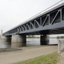 A Labe si drze protéká pod tím mezi dvěma mostními pilíři, kolmo na tenhle kanál!