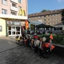 Navečer vjíždíme do sympatického městečka Dessau, kde po chvíli tápání nalézáme McDonald.