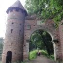 Později, když podobných staveb v lese míjíme víc, se dozvídáme, že je vše součástí anglické zahrady, nazvané Dessau-Wörlitz Garden Realm, jedné z největších a nejstarších v Evropě.