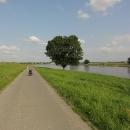 Stezka za Riesou vede krásně podél řeky, nebrzdí nás žádné deště, vítr máme stále v zádech...