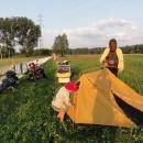 Táboříme za obcí Tuhaň vedle fotbalového hřiště. Místní přes něj prý ještě před pár týdny jezdili na loďce. Tolik komárů jako tady jsme snad ještě nezažili.