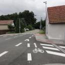 Stezka zde bez varování končí a navádí nás na silnici. Česká klasika.