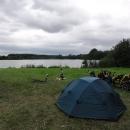 Táboříme na břehu malého rybníčku před Lázněmi Bohdaneč, v kupodivu krásném prostředí kousek od města.