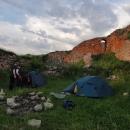 První noc trávíme na romantické zřícenině hradu Bobrowniki na břehu řeky Wisly.