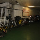 Parkujeme kola v ohromné tlamě u stěny a na povel regulovčíka je přivazujeme silnými lany, která jsou tu pro tyto potřeby připravená.