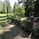 Kousek za vesničkou Tofta z hlavní odbočujeme a míříme opět k pobřeží – na louce uprostřed lesa je z velkých kamenů vyskládaný tvar lodi – jde o prastaré pohřebiště.
