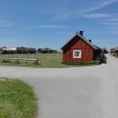 Provádí nás několika rybářskými vesničkami s dřevěnými domky.