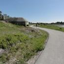 Betonové bunkry, podobné jako u nás v pohraničí lemují pobřeží.