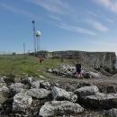 Vrcholek skal je však zabrán vojáky, stojí tu tři vysílače a celý objekt je oplocený.