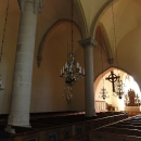 Jednoduchý interiér kostelíku