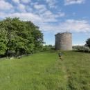 Vedle kostelíka stojí stará obranná věž.