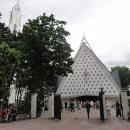 Narvaný kostel - pro nás nezvyklé, zde normální.