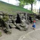Groty Mechowské. Jde o miniaturní jeskyňky.