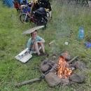Děti v trávě objevily kusy vyhozeného polystyrénu.
