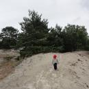 Děcka musí pěšky sama, což se jim moc nechce – lákalo by je se spíš v tom písku přehrabovat, ale na to je zima.