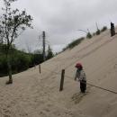 Přezouváme se do sandálů (bez ponožek), aby nám zůstaly suché boty na přezutí, a pak šplháme na písečnou dunu.