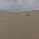 Z vrcholu kopce se otevírá neuvěřitelný pohled – všude kolem nás leží jenom písek, připadáme si jako na skutečné poušti.