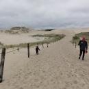 Děti si ihned začínají s pískem hrát, my se fascinovaně rozhlížíme kolem dokola.