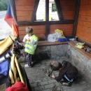 Uchylujeme se do chatrné autobusové zastávky, kde si vaříme oběd